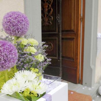 fiori chiesa viola